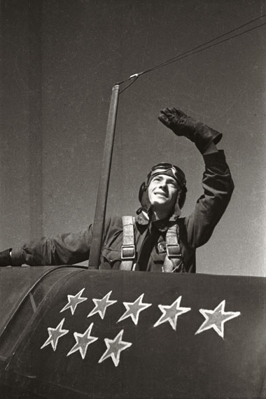 Natalja Bode: Portrait of a fighter plane pilot who has shot eight enemy planes, 1943© FotoSojus, Moscow