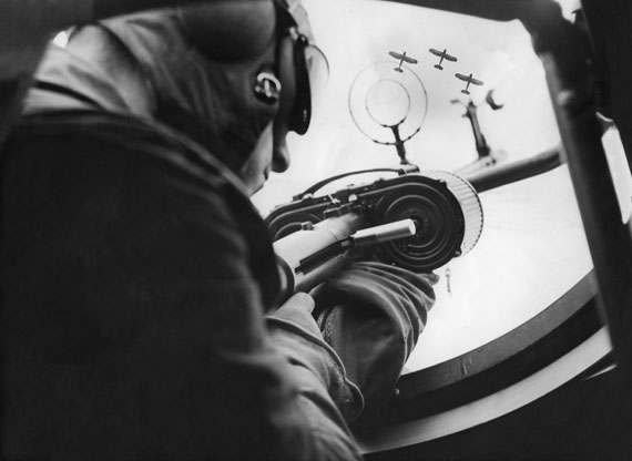 Reichsluftwaffe. Soldat am Maschinengewehr eines Flugzeugs, 1936© Ullstein Bild Collection