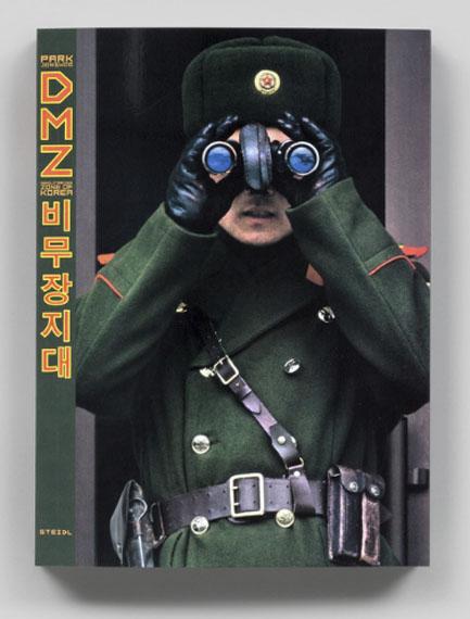 "Jongwoo Park""DMZ: Demilitarized Zone of Korea""288 Seiten, 195 AbbildungenPaperback, 21 x 28.5 cmEnglischISBN 978-3-95829-315-1 Steidl-Verlag€ 35"