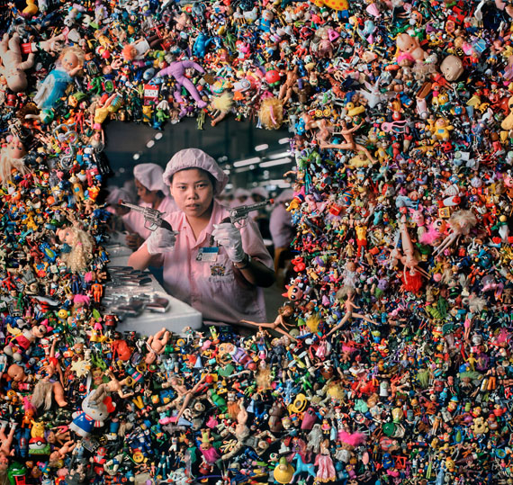 Michael Wolf, Einzelbild der Wandinstallation The Real Toy Story, China, 2004