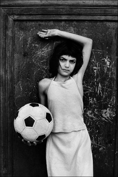 La bambina con il pallone, 1980© Letizia Battaglia
