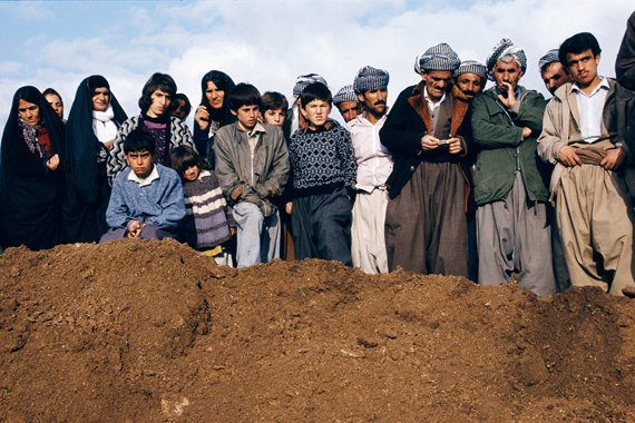 Susan Meiselas, Villagers watch exhumation at a former Iraqi military headquarters outside Sulaymaniyah, Northern Iraq, 1991 © Susan Meiselas/ Magnum Photos