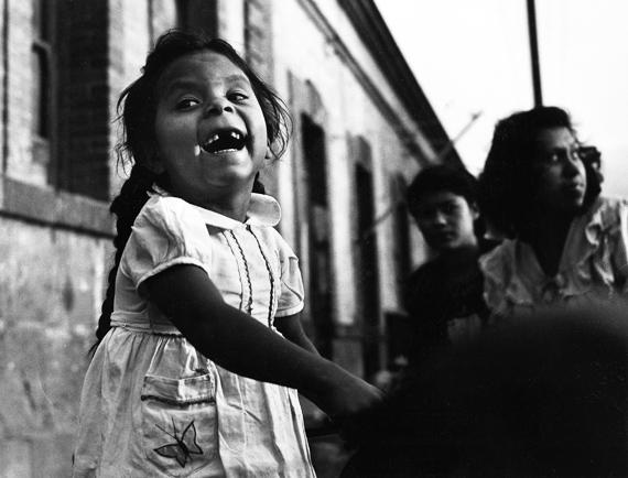 Nacho López. Niña sonríe, Ciudad de México, 1960 © Secretaría de Cultura-INAH.SINAFO.FN:MX. Colección Nacho López