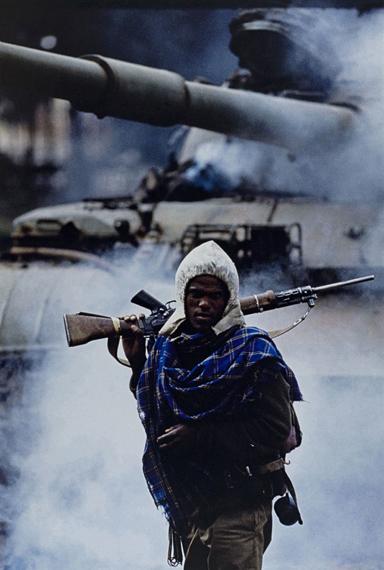 Françoise Demulder | Die Einnahme von Addis Abeba: ein Partisan der Revolutionären Demokratischen Front der Äthiopischen Völker; Äthiopien, 30. Mai 1991, Pigmentdruck auf Barytpapier, 42 x 29,7 cm © Succession Françoise Demulder/Roger-Viollet