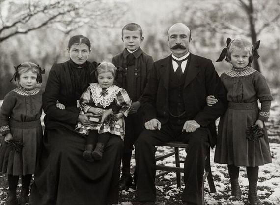 August Sander: Family from Westerwald, c. 1912 © Die Photographische Sammlung/SK Stiftung Kultur – August Sander Archive, CologneVG Bild-Kunst, Bonn 2019/2020