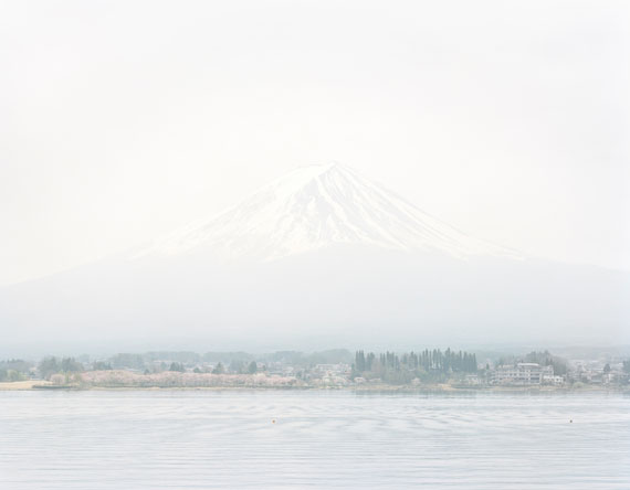 Robert Voit: Aequilibrium IV (Mount Fuji), 2019. C-Print, 125 x 155 cm, kaschiert, gerahmt, Ed. 6 + 2