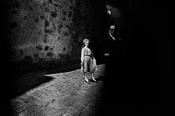 Letizia Battaglia: Das Mädchen und die Dunkelheit, 1980 © Letizia Battaglia