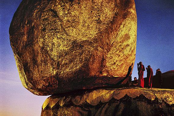 Steve McCurry: Goldener FelsShwe Pye Daw, ein heiliger Platz. Kyaiktiyo, Burma. 1994© Steve McCurry / Magnum Photos
