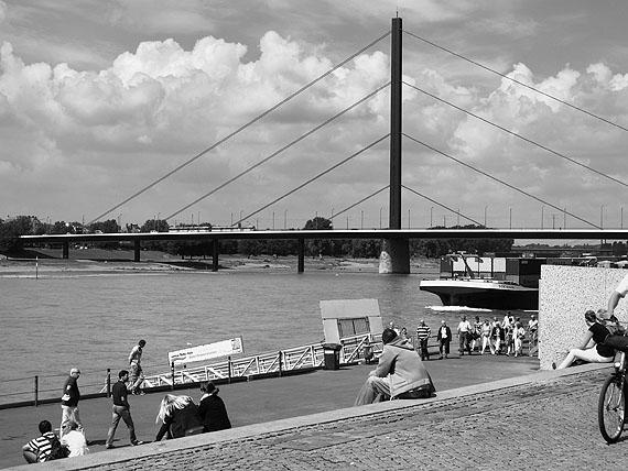 Arne Schmitt, Oberkasseler Brücke, Düsseldorf 2010, aus der Serie Verflechtungen, 2012, © Arne Schmitt / VG BILD-KUNST, Bonn 2012