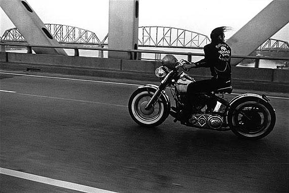 Crossing the Ohio, Louisville, 1966, © Danny Lyon