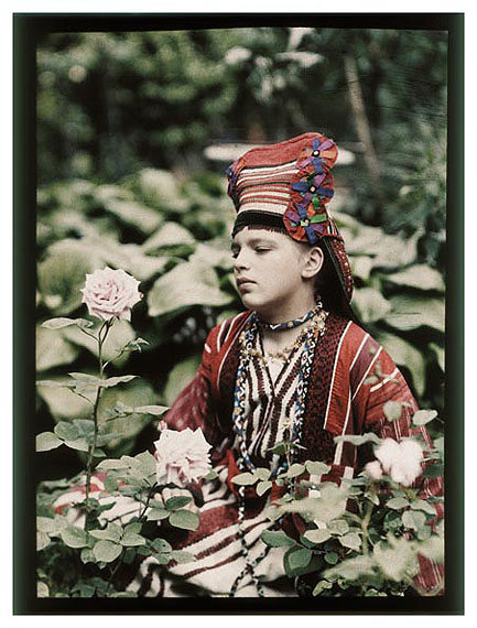 Piotr Vedenisov, Vera Kozakov in Folk Dress.1914, Collection of Moscow House of Photography Museum © Multimedia Art Museum, Moscow / Moscow House of Photography Museum
