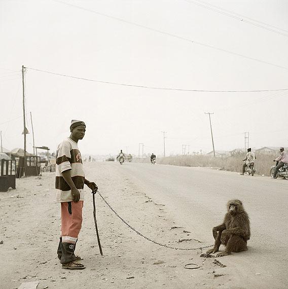 Pieter HugoGaruba Yaku with Rando, Abuja, NigeriaAus der Serie: The Hyena & Other Men, 2005Pigmentdruck, 112 x 110 cm© Pieter Hugo