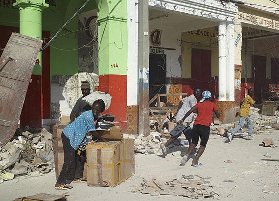 Luc DelahayeLes PillardsSeries: Various works: 2008 – 201117 January, 2010Port-au-Prince, Haiti