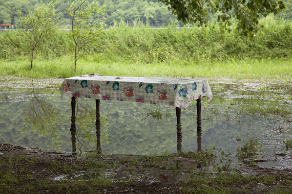 Jessica Backhaus: Another table, 2013, farbiger C-Print, 40,6 x 58 cmCourtesy Robert Morat Galerie, Hamburg/Berlin und Projektraum Knut Osper/ Köln