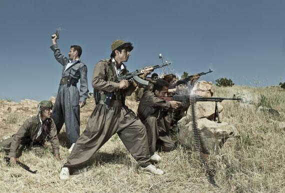 Emeric LHUISSET - Théâtre de guerre - photograph with a group of Iranian Kurdish guerrillas - Irak 2012