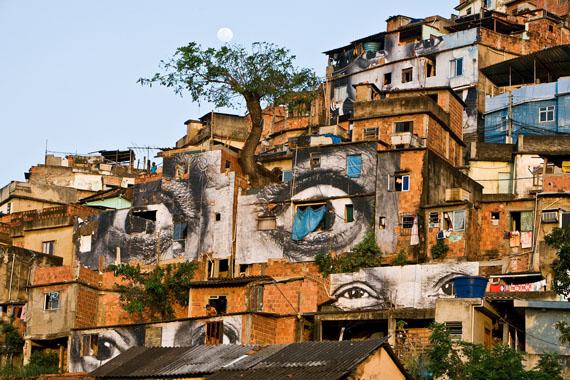 "JR-Streetart ""Arbre Lune"", Rio de Janeiro, Brasilien 2008rbb / © JR ART NET"