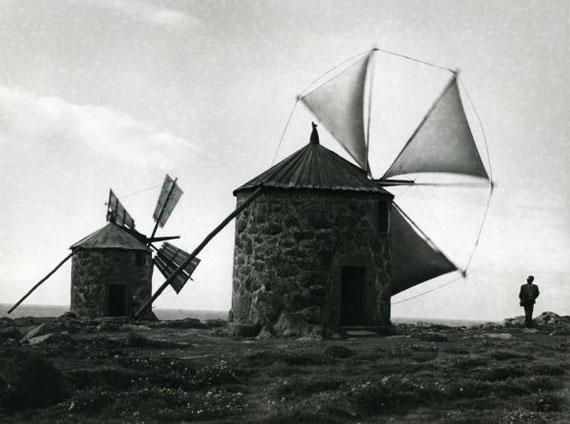 Alfred Ehrhardt, Uralte Windmühlen am Atlantik, 1951, © bpk / Alfred Ehrhardt Stiftung
