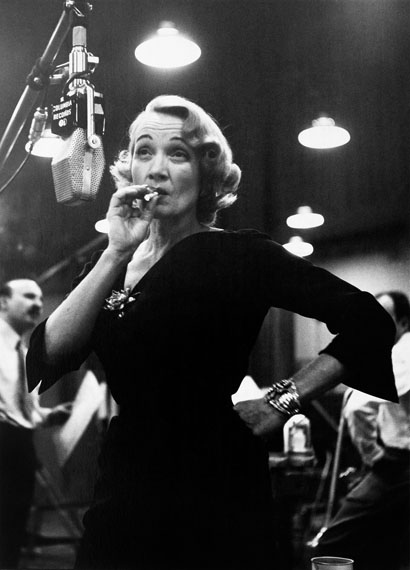 Eve Arnold: Marlene Dietrich in den Aufnahmestudios von Columbia Records, NYC, 1952 © Eve Arnold / Magnum Photos