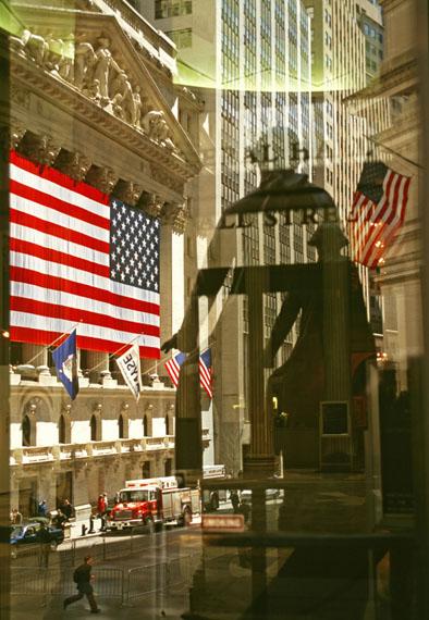 Wall Street, das George-Washington-Denkmal spiegelt sich in den Türen der New Yorker Börse, New York, 2002© Thomas Hoepker / MAGNUM PHOTOS