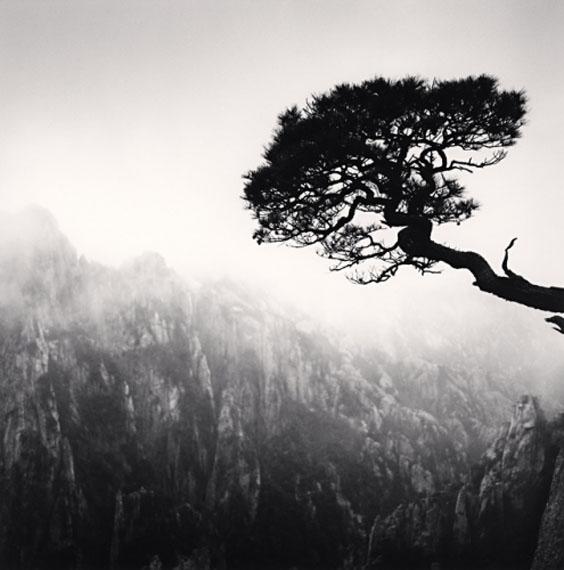 Michael KennaHuangshan Mountains, Study 48, Anhui, China 2010Edition von 45Silver Gelatin Print20 x 20 cm© Michael Kenna / Courtesy of Bernheimer Fine Art Photography