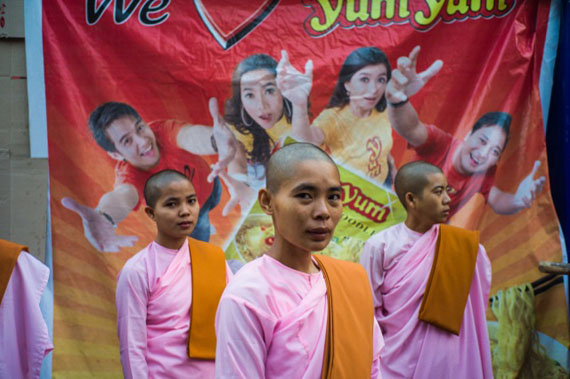 Yangon, Burma 2012 © Werner MansholtFineArt Pigment Print auf Hahnemühle Baryta-Papier30,2 x 45 cm