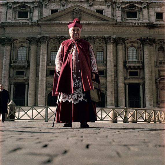 Lothar Wolleh: o.T.,  Ein Kardinal vor dem Petersdom, Rom, um 1962-1965, aus der Reihe zum II. Vatikanischen Konzil © Oliver Wolleh