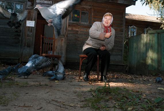 Andrej Krementschouk, »Verkäuferin von Trauerkränzen«. Voskresenskoe, 2006, aus der Serie No Direction Home, 2002-2007, C-Print, 30 × 45 cm © Andrej Krementschouk