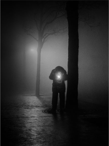 Sabine Weiss: Un homme dans la nuit, 1950