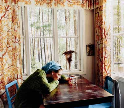 Aino Kannisto: Untitled (Green Pullover), 2003. C-print mounted on aluminium. 90 cm x 105 cm. Copyright Aino Kannisto.