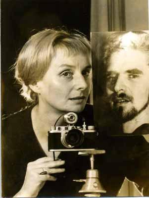Selbstportrait von Leonore Mau mit einem Bild von Hubert Fichte, 60er Jahre