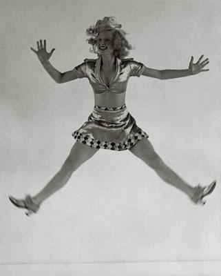 Operetta – soubrette Rosi Barsony performing a grotesc – dance. , Published in: Die Dame 19/1932, BIZ 2 / 1933, 15/1/1933, , Foto by Martin Munkácsi, © Joan Munkácsi. Courtesy ullstein bild
