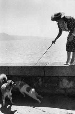 Almasys Frau Elisabeth mit seinem Hund Toto, Genfer See, um 1937 , Almasy's wife, Elisabeth, with his dog, Toto, Lake Geneva, c. 1937 , ©Paul Almasy / akg-images