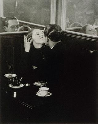 Brassaï, Lovers in a small café, Quartier Italie, around 1932 © ESTATE BRASSAÏ - RMN / CNAC - MNAM