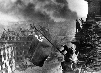 Sowjetische Flagge auf dem Reichstag, 2. Mai 1945, © Sammlung Ernst Volland / Heinz Krimmer
