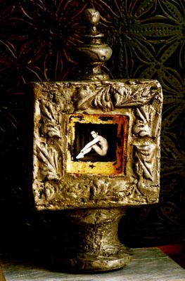 Reliquaire au jeune homme assis, Pièce unique , épreuve argentique, plomb. © G.M.Martin 2007