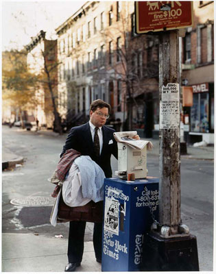 Joel Sternfeld Attorney with laundry, corner Bank and West 41 street, NYC, 1988 C-Print, vintage, 138 x 111 cm Fotografische Sammlung, Museum Folkwang, Essen© Joel Sternfeld courtesy Pace/Mac Gill Gallery, New York