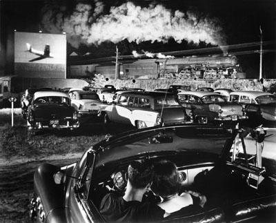 Willi Allen und Dorothy Christian in einem Autokino an der Pocahontas Linie in Iaeger, das vom Schnellgüterzug 77 passiert wird. 1955., Foto: O. Winston Link, © Museum der Arbeit