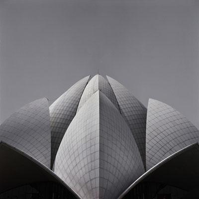 Lynn Davis, Bahá'í Temple, Delhi, 2007, India N° 13, 101,6 x 101,6 cm, © Lynn Davis, Courtesy Galerie Karsten Greve, St. Moritz, Piezo print