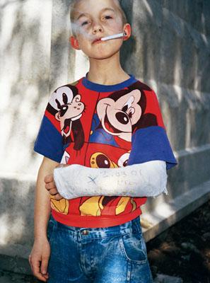 Sergey Bratkov, Mickey Mouse, aus der Serie «Juvenile Detention», 2001 (Jugendhaft), Lambda Print, 120 x 90 cm, Courtesy Regina Gallery, Moskau, © Sergey Bratkov