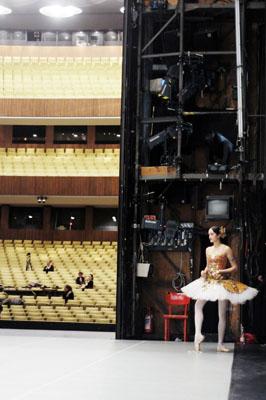THE OTHER ME., Maria Schiffer, fasziniert von der Parallelwelt hinter den Bühnen, portraitiert Momente des Übergangs - zwischen Inszenierung und Authentizität.