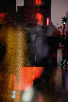 Saul Leiter. Spaziergang mit Soames, 1958. , Courtesy Gallery Greenberg; Albertina