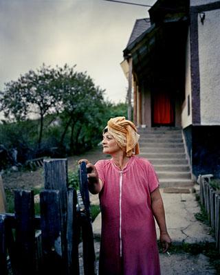 Joakim Eskildsen, Anuska, Hevesaranyos, Hungary, From the series The Roma Journeys, 2000-2006, C-print, 90 x 75 cm, © Joakim Eskildsen