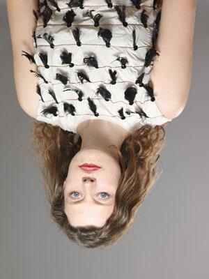 """© Anuschka Blommers und Niels Schumm: Veröffentlicht in Mode Depesche Nr. 8; """"Yves Saint Laurent"""" (Warum diese Portraits falsch herum sind, wird klar, wenn man sie umdreht. Dann erscheinen die Gesichter erschreckend deformiert. Augen und Mund stehen in der gezeigten Position, im Gegensatz zum Rest des Gesichtes, nicht auf dem Kopf.)"""