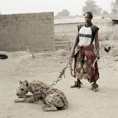 The Hyena and Other Men : Mallam Mantari Lamal avec Mainasara, Nigeria, 2005 © Pieter Hugo
