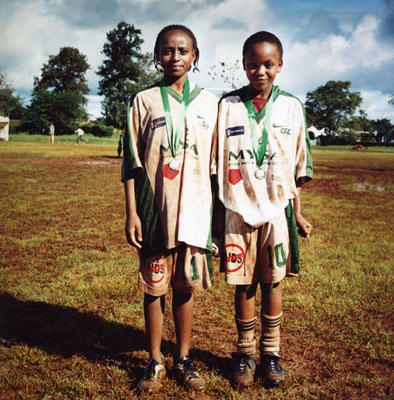 "Christine Fenzl ""Rosemary and Christine, Mathare"", 2006, aus der Serie ""Looking forward - Streetfootball"""