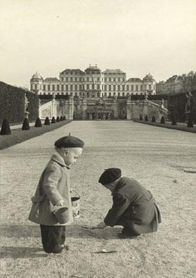 Erich Lessing, IM Belvederegarten, Wien, 1954 © Erich Lessing / Magnum Photos / Focus