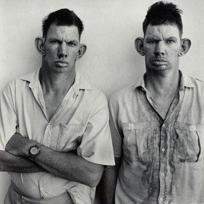 © Roger Ballen: Dresie and Casie, twins, Western Transvaal, 1993aus der Serie: PlattelandGelatineentwicklungspapier, 36 x 36 cm