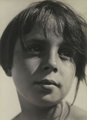 Aenne BiermannBetrachtung, Tochter Helga ca. 1930 58 × 42 cm Bildmaß | 59,4 × 42 cm BlattmaßStiftung Ann und Jürgen Wilde