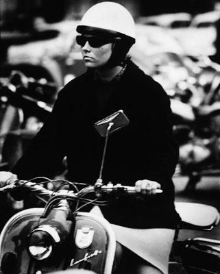 Abisag Tüllmann: Woman on motor scooter, Frankfurt / M., 1962; © bpk / Abisag Tüllmann, Berlin