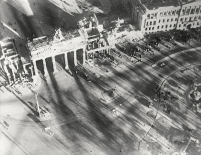 Hein Gorny, Adolph C. Byers , Brandenburger Tor, Berlin 1945 - 1946 , gelatin silver print 3.58 x 4.61'', Silbergelatineabzug 9,1 x 11,7 cm, © Hein Gorny / A.C. Byers - Collection Regard